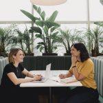 Julie Tremblay Potvin et Marie-Andrée Mackrous, fondatrices de De Saison, deux entrepreneures, sont assises pour travailler au restaurant les Botanistes de Québec